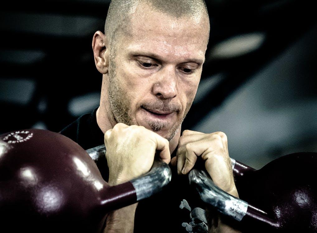 Kan je sterker worden door alleen met apparaten te trainen? Apparaten kunnen je ook functioneel sterker maken.. heus waar!